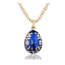 Trés Joli Pendentif Oeuf Style Fabergé Bleu Lauriers et Cristaux avec sa chaîne plaquée Or.